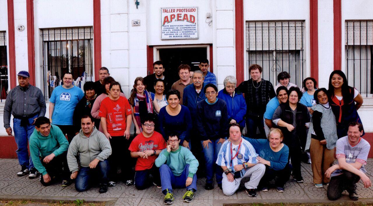 GRAN PEÑA FAMILIAR EN EL TALLER APEAD